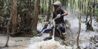 Daniel-McInnes-knee-deep-in-water-on-his-way-to-winning-the-2014-Kamfari-644x320